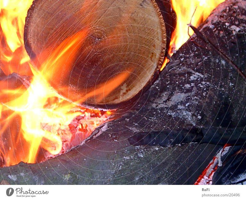 im Feuer Holz Brand heiß brennen Flamme Feuerstelle