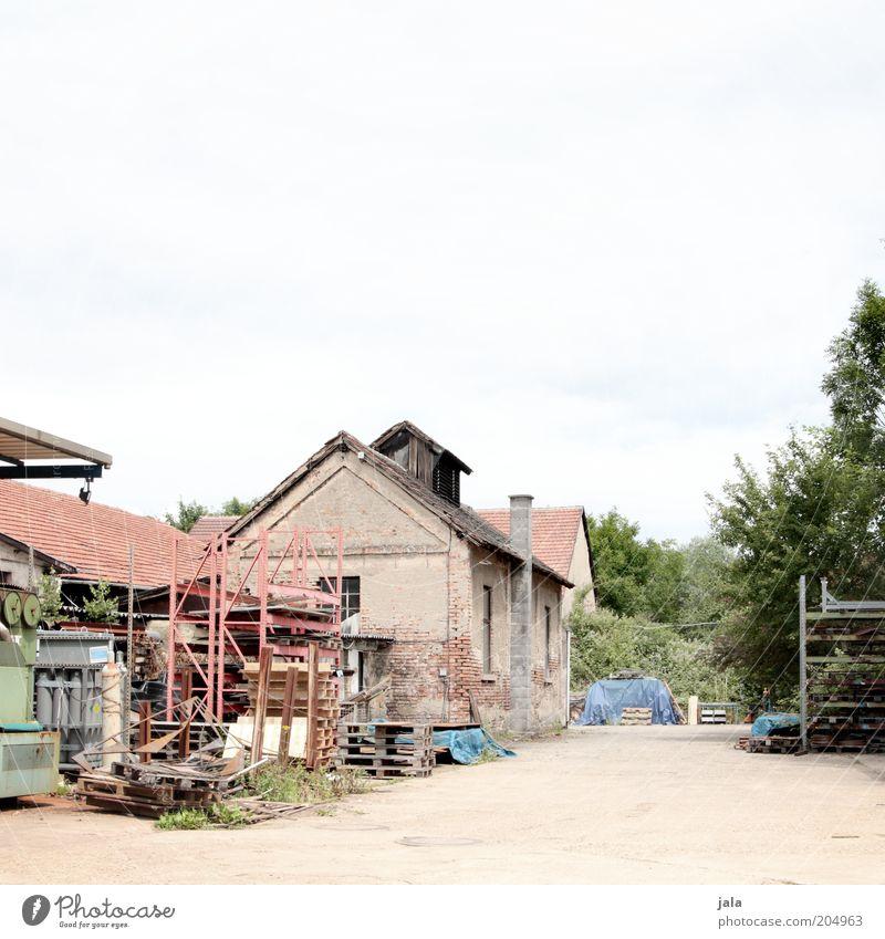 werkhof alt Himmel Baum Haus Gebäude Architektur Industrie Platz trist Industriefotografie Fabrik Dienstleistungsgewerbe Bauwerk Unternehmen Material