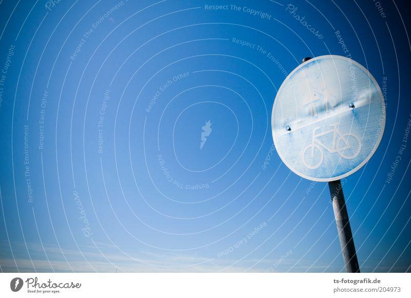 noble Verkehrsschildblässe Himmel blau Sommer Farbe Umwelt Wetter Fahrrad Hinweisschild rund Schönes Wetter Fußweg bleich Wolkenloser Himmel verwittert