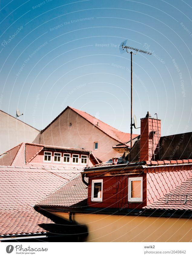 Gegenüberstellung Wolkenloser Himmel Schönes Wetter Bautzen Lausitz Deutschland Kleinstadt Altstadt Haus Gebäude Dachziegel Antenne Satellitenantenne Dachgiebel