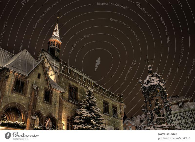 Marktplatz, verschneit und nächtlich alt ruhig Winter dunkel kalt Architektur Stimmung Tourismus bedrohlich historisch Wahrzeichen Skulptur Stadtzentrum