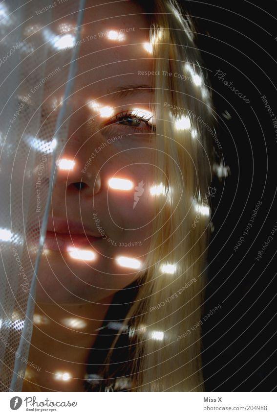 Guten Morgen Mensch Jugendliche schön Gesicht dunkel Fenster Erwachsene Schutz Vorhang Lichtspiel Wetterschutz Jalousie Junge Frau Lichteinfall