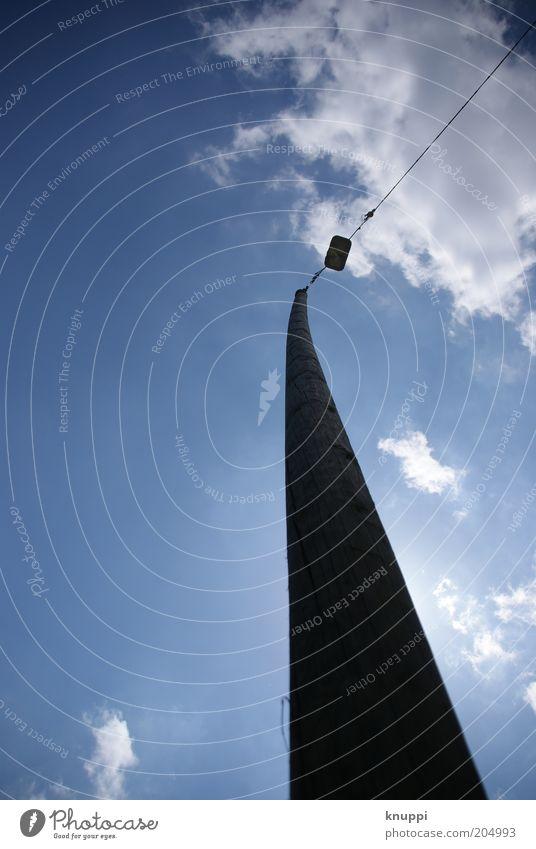 himmelwärts II Himmel blau weiß Sommer Wolken schwarz Luft Lampe hoch groß Schönes Wetter Laterne Straßenbeleuchtung aufwärts Pfosten Höhe