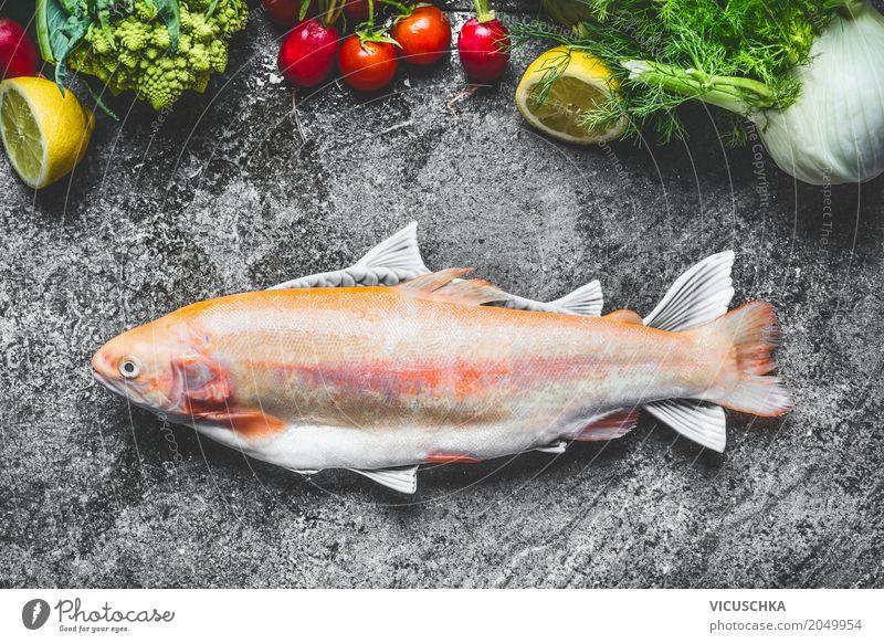 Frische ganze Goldene Regenbogenforelle mit Gemüse Lebensmittel Fisch Kräuter & Gewürze Öl Ernährung Mittagessen Bioprodukte Vegetarische Ernährung Diät Stil