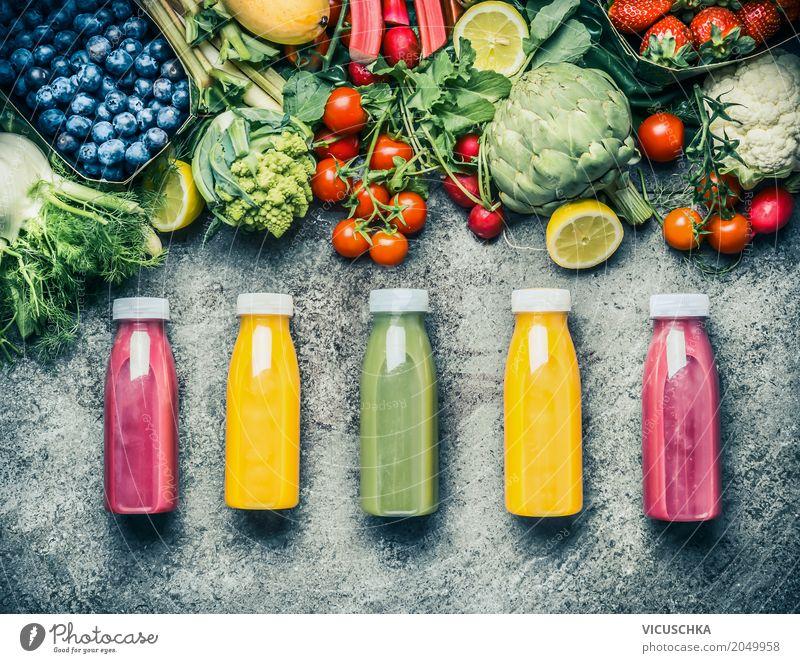 Bunte Smoothies oder Säfte in Flaschen mit frischen Zutaten Lebensmittel Gemüse Frucht Bioprodukte Vegetarische Ernährung Diät Getränk Erfrischungsgetränk