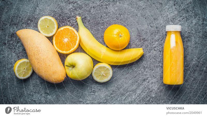 Gelbes Smoothie oder Saft in Flasche mit Zutaten Lebensmittel Frucht Bioprodukte Vegetarische Ernährung Diät Getränk Stil Design Gesundheit Gesunde Ernährung