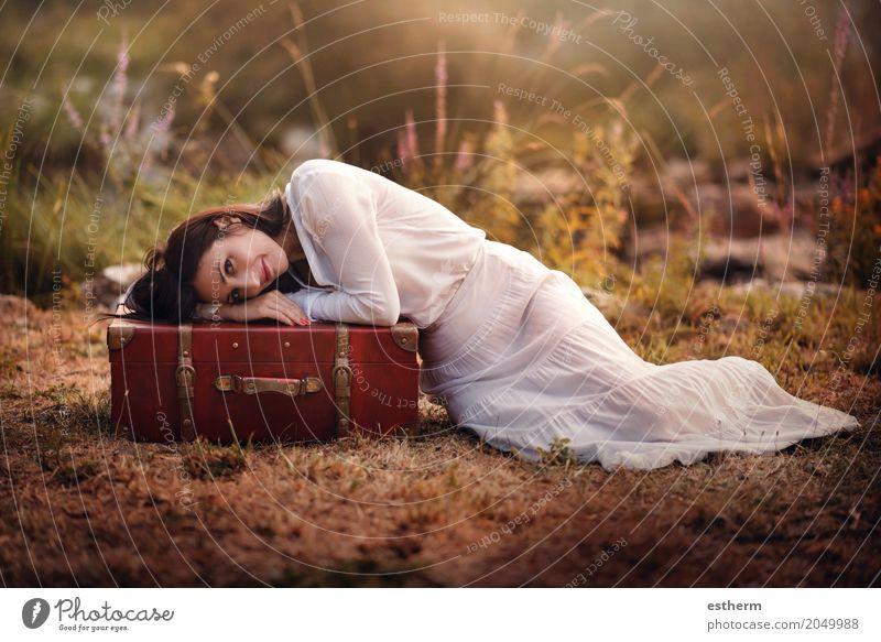 Frau, die auf dem Gebiet mit Koffer sitzt Mensch Ferien & Urlaub & Reisen Jugendliche Junge Frau Sommer schön Erwachsene Lifestyle Frühling Herbst Liebe feminin