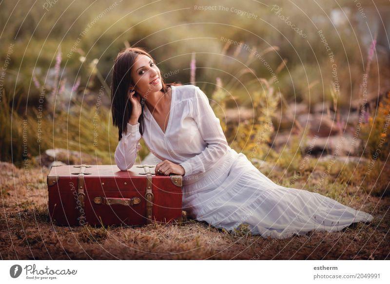 Frau, die auf dem Gebiet mit Koffer sitzt Mensch Ferien & Urlaub & Reisen Jugendliche Junge Frau Sommer schön Erwachsene Lifestyle Frühling Herbst feminin Stil