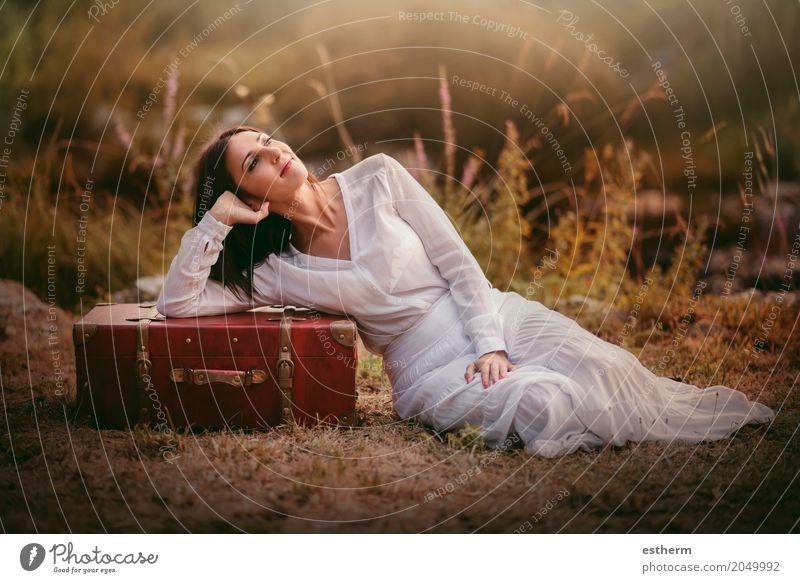 Frau, die auf dem Gebiet mit Koffer sitzt Mensch Ferien & Urlaub & Reisen Jugendliche Junge Frau Sommer schön Wald Erwachsene Leben Lifestyle Frühling Herbst