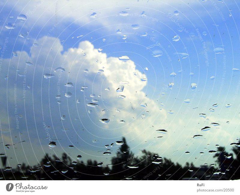 bei Regen durch die Windschutzscheibe Himmel Wolken Regen Wetter Verkehr Fensterscheibe