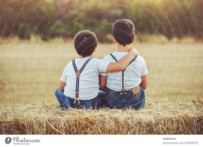 Brüder umarmten das Sitzen auf dem Feld Mensch Kind Freude Lifestyle Liebe Gefühle lustig Junge Familie & Verwandtschaft Zusammensein Freundschaft Kindheit