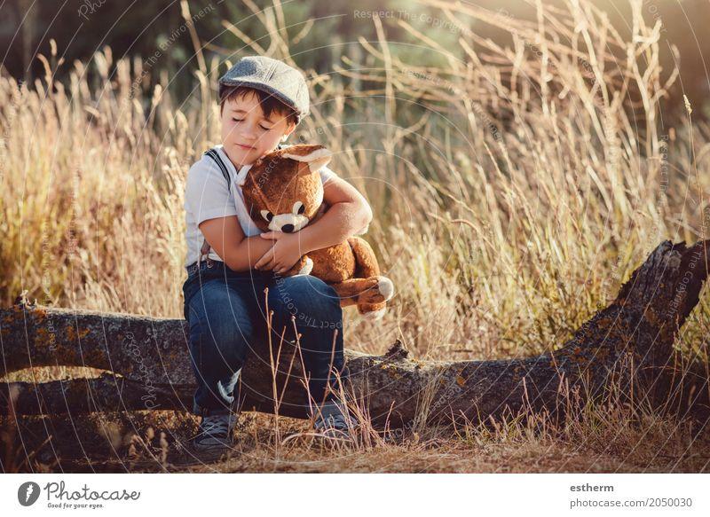 Junge, der seinen Teddybären umarmt Lifestyle Kinderspiel Abenteuer Mensch maskulin Kleinkind Kindheit 1 3-8 Jahre Frühling Sommer Wald Stofftiere Küssen