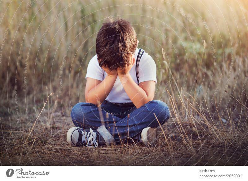 weinender Junge. Auf dem Boden sitzendes weinendes Kind Mensch maskulin Kleinkind Kindheit 1 3-8 Jahre Frühling Sommer Garten Park Wiese Traurigkeit trist