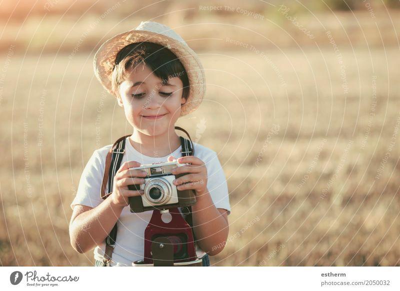 Mensch Kind Ferien & Urlaub & Reisen Freude Lifestyle Gefühle Wiese Junge lachen Freiheit maskulin Ausflug Feld Kindheit Fröhlichkeit Lächeln