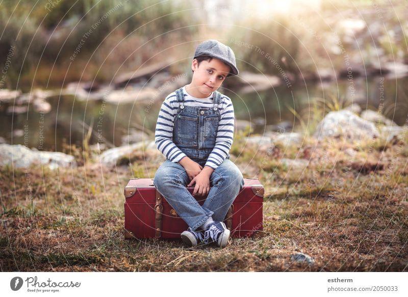 Nachdenklicher Junge, der in einem Koffer sitzt Lifestyle Ferien & Urlaub & Reisen Ausflug Abenteuer Freiheit Mensch maskulin Kind Kleinkind Kindheit 1