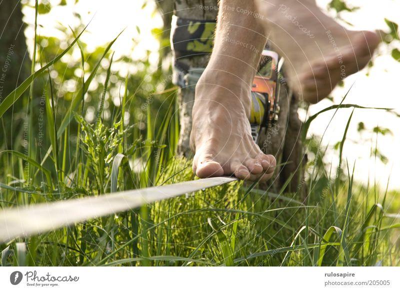 Balance Mann Natur grün Sommer Ferien & Urlaub & Reisen Wiese Sport Gras Bewegung Fuß Gesundheit Tanzen Zufriedenheit Freizeit & Hobby Seil modern