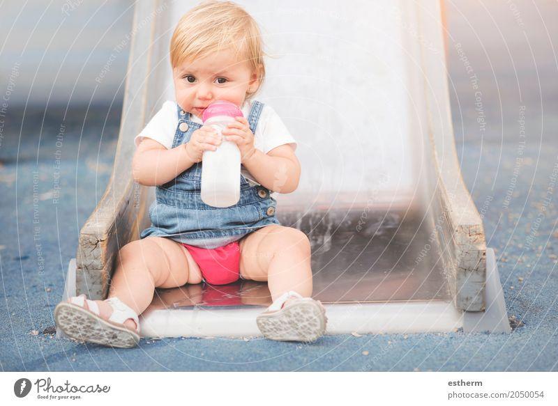 Baby auf dem Spielplatz Mensch Freude Essen Lifestyle Gefühle lustig feminin Lebensmittel Ernährung Wachstum Kindheit Fröhlichkeit Lächeln trinken Frühstück