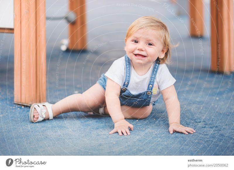 kleines Baby auf dem Spielplatz Lifestyle Spielen Kinderspiel Mensch feminin Mädchen Kindheit 1 0-12 Monate Lächeln lachen sitzen kuschlig lustig Gefühle Freude