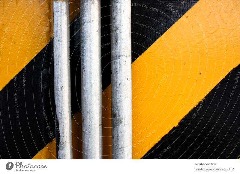 gehd garnich Mauer Wand Rohrleitung gelb schwarz Symmetrie Streifen Röhren Kontrast grell Farbfoto mehrfarbig Innenaufnahme Menschenleer Tag Licht Schatten