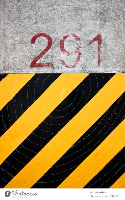 291 Gründe es trotzdem zu tun Mauer Wand gelb schwarz Streifen Einschränkung knallig Farbfoto mehrfarbig Außenaufnahme Menschenleer Tag Warnfarbe Warnstreifen