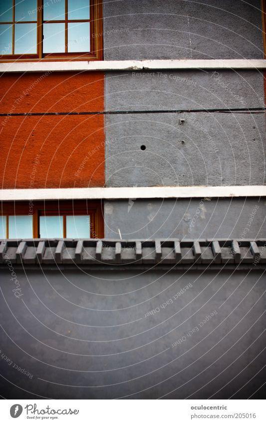 Mauerwerk China Asien Peking Haus Wand Fassade Fenster ästhetisch Design rot grau Kontrast Dachziegel Streifen Vignettierung Farbfoto Außenaufnahme Tag Neigung