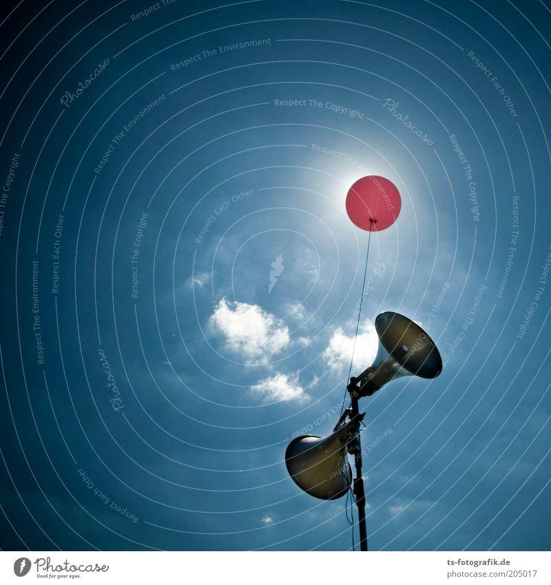 Aufgemotzte Vuvuzela Himmel blau Wolken Wetter rosa Luftballon Technik & Technologie Kommunizieren Schönes Wetter Lautsprecher laut Entertainment Gegenlicht Megaphon Lautstärke Schall