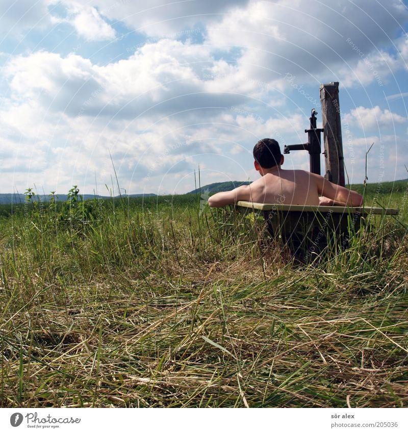 das Landleben Mensch Junger Mann Jugendliche 1 Natur Wolken Sommer Weide Badewanne Handpumpe Schwimmen & Baden Erholung heiß Freude Lebensfreude Körperpflege