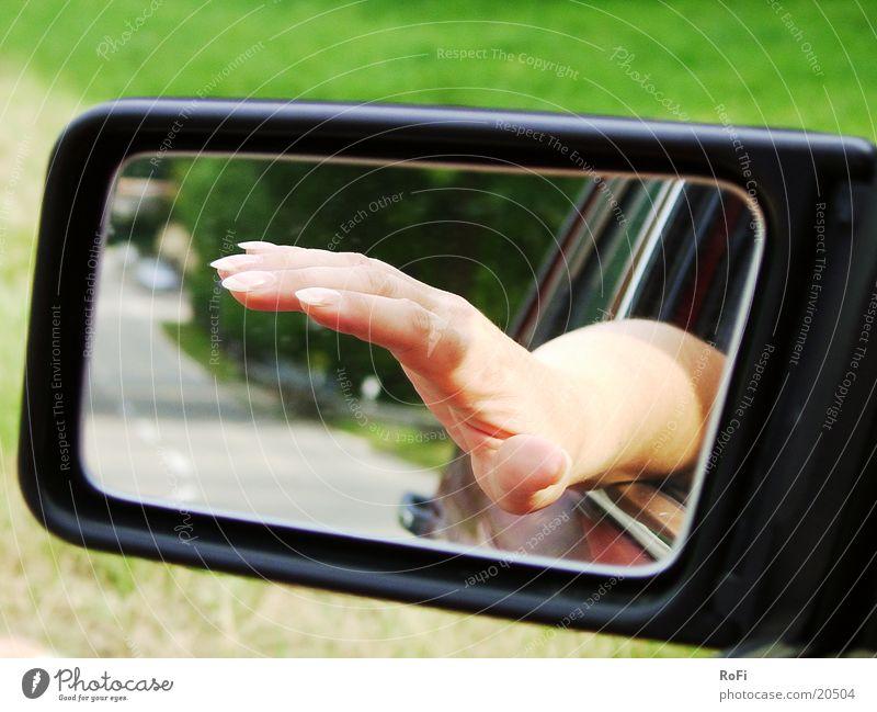 Hand im Rückspiegel Hand Sonne Straße PKW Verkehr Finger fahren Spiegel Schönes Wetter Rückspiegel