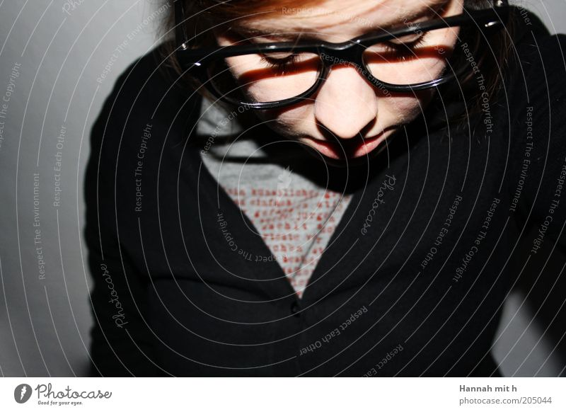 Augen zu und durch Mensch Jugendliche schwarz ruhig Erwachsene Gesicht feminin grau Denken Junge Frau 18-30 Jahre nachdenklich Lifestyle Brille Konzentration