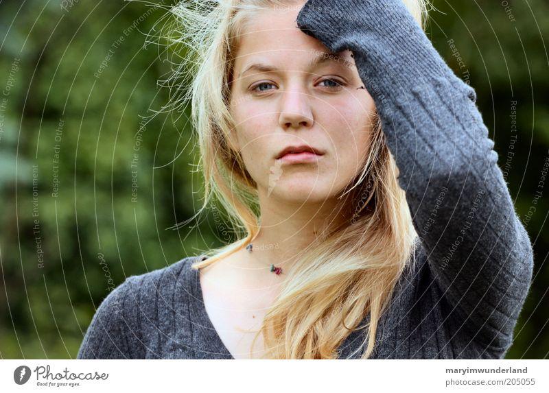 stillstehen. ruhig feminin Junge Frau Jugendliche Kopf Haare & Frisuren Gesicht Arme 18-30 Jahre Erwachsene Pullover blond beobachten fallen genießen träumen
