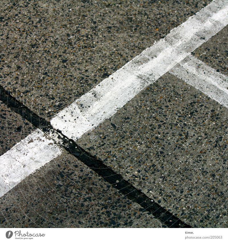 abgefahren weiß schwarz Farbe dreckig Beton Ecke Boden Bodenbelag Asphalt Streifen diagonal Parkplatz Teer Rastplatz Fahrbahnmarkierung abgefahren