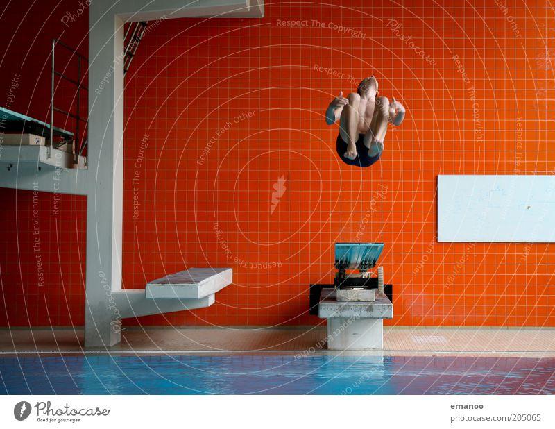 inverted back Mensch Jugendliche Wasser rot Freude Erwachsene Sport Freiheit Bewegung springen orange Freizeit & Hobby fliegen hoch maskulin Schwimmbad