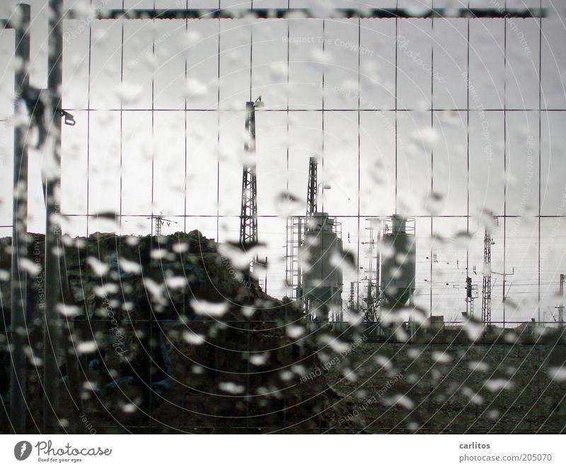 it never rains in Southern California weiß schwarz Wolken kalt Herbst Regen Wassertropfen nass Sicherheit Güterverkehr & Logistik Zaun Strommast Barriere Raster