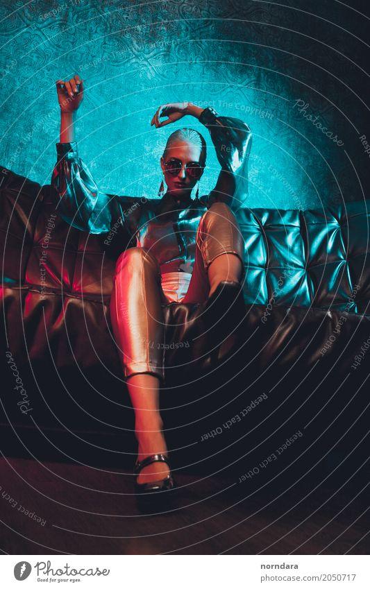 wild Lifestyle Reichtum elegant Stil Design exotisch schön Sofa Nachtleben Party clubbing feminin androgyn Junge Frau Jugendliche Erwachsene 18-30 Jahre