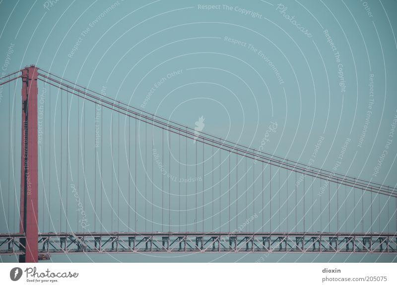 Ponte 25 de Abril blau rot Straße groß Seil hoch Brücke Autobahn Stahl Verkehrswege Stahlkabel hängen Autofahren Portugal verbinden Lissabon