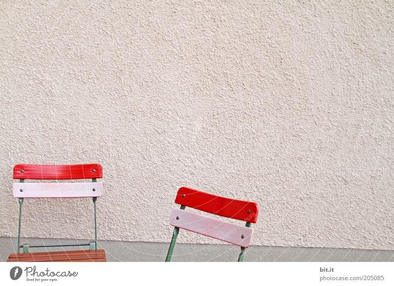 SETZ DICH Möbel Stuhl Mauer Wand Fassade rosa rot Sitzgelegenheit ruhig verputzt Kneipe Restaurant Klappstuhl Pause Garten Gartenmöbel Gartenstuhl 2 Farbfoto