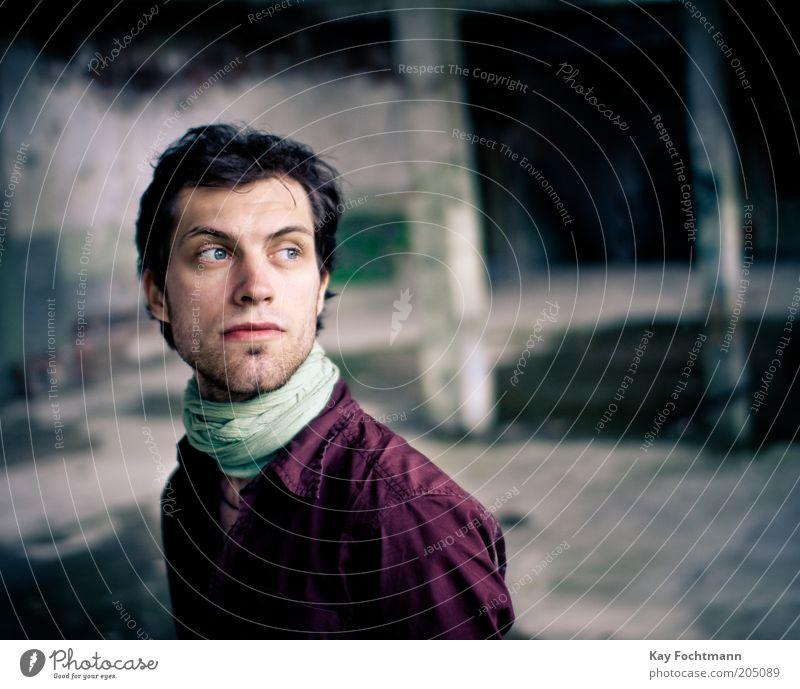 . Mensch maskulin Junger Mann Jugendliche 1 18-30 Jahre Erwachsene Mauer Wand Hemd Halstuch schwarzhaarig kurzhaarig Dreitagebart Beton beobachten stehen