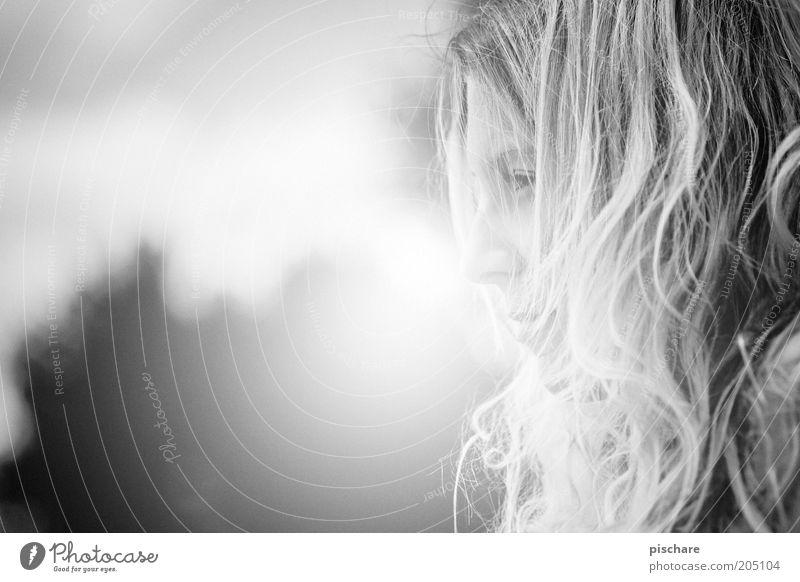 *Princessa* schön feminin Junge Frau Jugendliche Gesicht 1 Mensch 18-30 Jahre Erwachsene Sommer blond langhaarig Locken beobachten Denken Blick ästhetisch Wärme