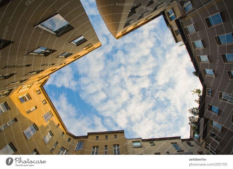 Hinterhof Haus seitenflügel quergebäude Gebäude Stadthaus Architektur Etage Himmel Wolken Abend Sonnenuntergang Dämmerung Vorderseite Fensterfront Innenhof