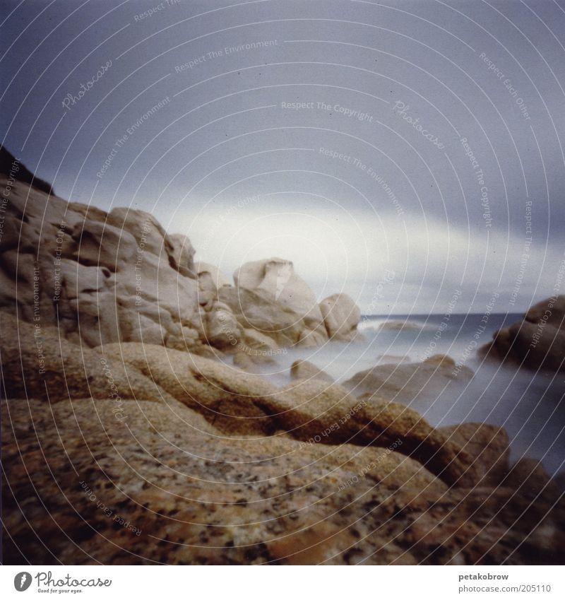 Sardinien Capo Testa Wasser weiß Meer Winter Wolken Stein Landschaft braun Küste Felsen bedrohlich schlechtes Wetter steinig Natur