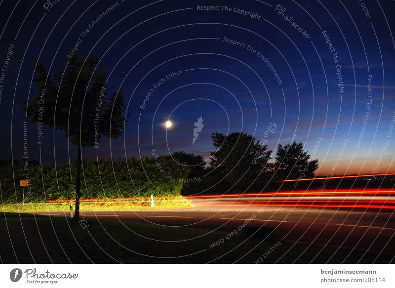 nachtfahrt Himmel Nachthimmel Mond Verkehrswege Straße Bewegung Ortsschild Fahrzeugbeleuchtung Rücklicht Verlauf Farbfoto Außenaufnahme Abend Dämmerung Kontrast