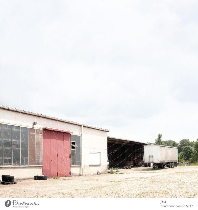 werkstatt Industrieanlage Fabrik Platz Bauwerk Gebäude Lagerhalle Werkstatt Lastwagen Anhänger Tor Industriefotografie Werkhof Farbfoto Außenaufnahme