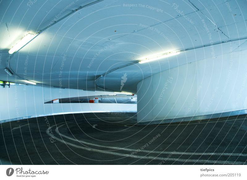 kreisel. Straße Linie Architektur Beton Verkehr modern rund Kurve aufwärts Parkplatz parken Neonlicht Garage Parkhaus Untergrund