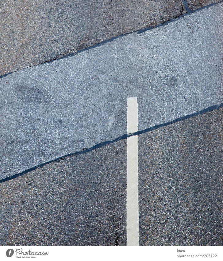 minimal Verkehrswege Straßenverkehr Straßenkreuzung Beton Verkehrszeichen Linie eckig unten blau grau weiß Symmetrie Wege & Pfade Gedeckte Farben Außenaufnahme
