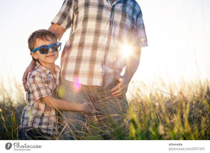 Vater und Sohn spielen zur Tageszeit auf dem Spielfeld. Die Menschen haben Spaß im Freien. Konzept der freundlichen Familie. Lifestyle Freude Leben Erholung