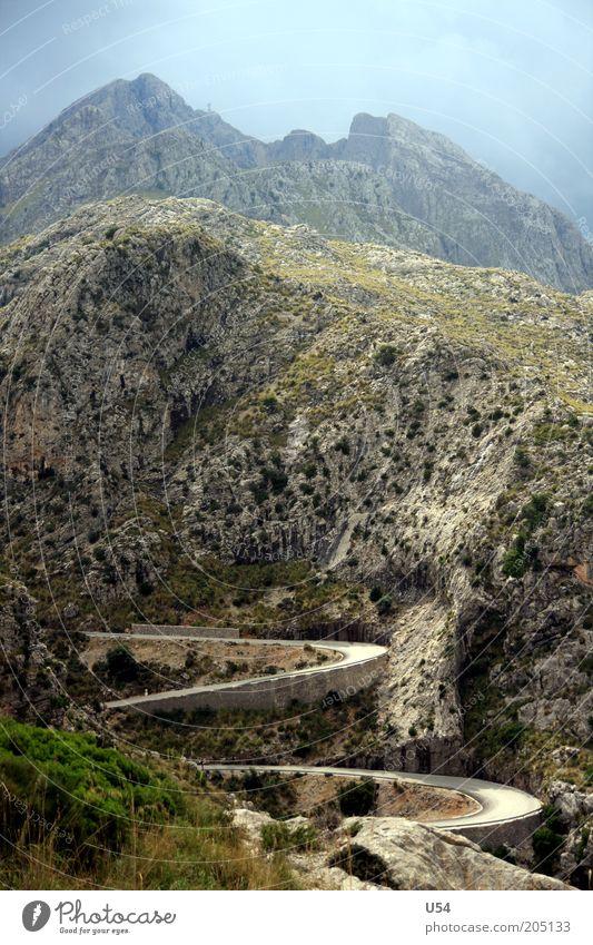 Leitplanken Tourismus Ausflug Ferne Freiheit Sommer Berge u. Gebirge Landschaft Farbfoto Außenaufnahme Tag Panorama (Aussicht) Gipfel Serpentinen Pass