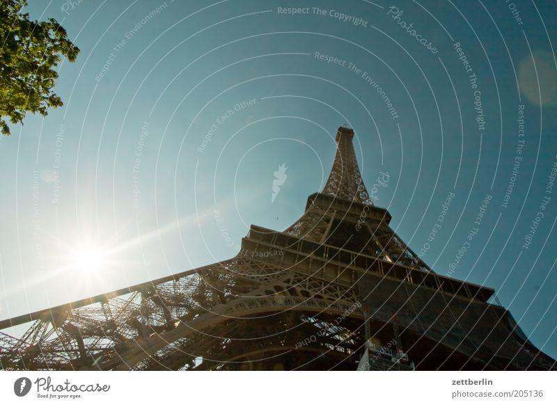 Eiffeltourm Tour d'Eiffel Turm Paris Wahrzeichen Frankreich Konstruktion Hochbau Eisen Stahl Architektur Froschperspektive Sonne Gegenlicht blenden