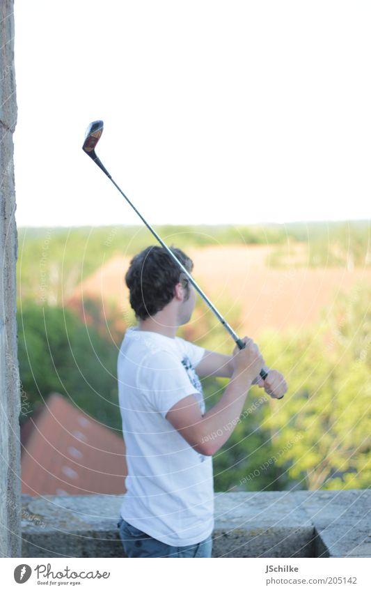 Wo ist der Ball hin? Lifestyle Zufriedenheit Erholung ruhig Golf Freiheit Sport Junger Mann Jugendliche 1 Mensch 18-30 Jahre Erwachsene Hochhaus Ruine Dach