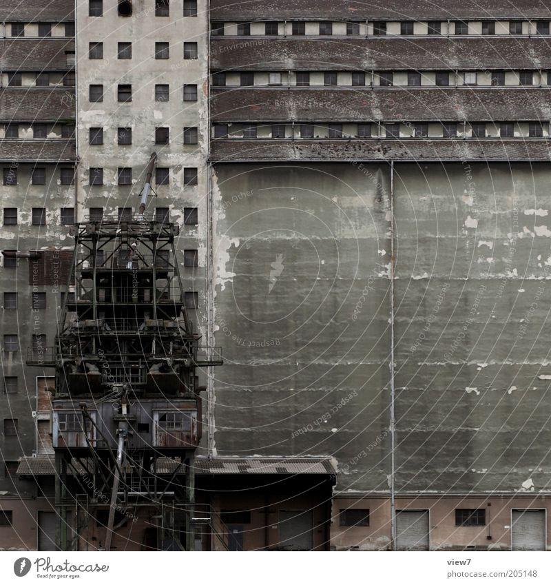 the end. alt Haus dunkel Wand Fenster grau Mauer Tür groß Fassade Industrie trist Ende Ruine Industrieanlage Insolvenz