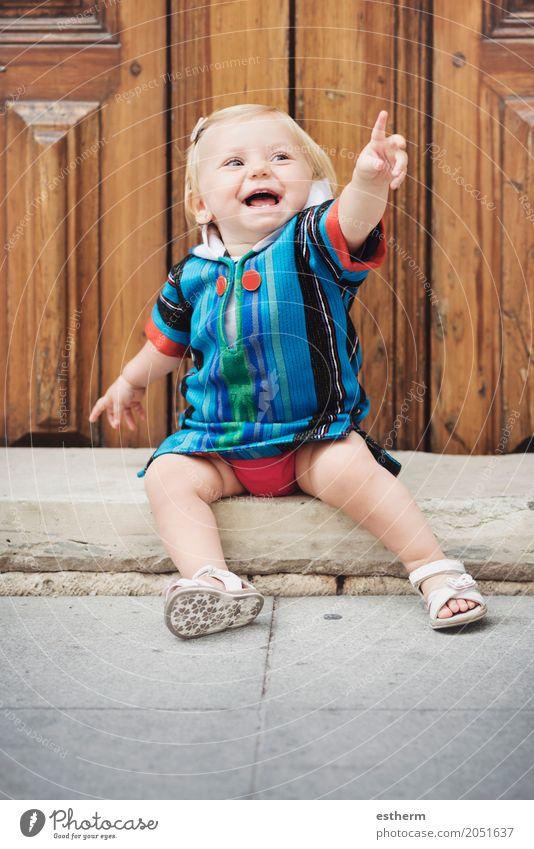 Glückliches Baby Mensch Freude Mädchen Lifestyle Gefühle feminin lachen klein Kindheit sitzen Fröhlichkeit Lächeln genießen Abenteuer Neugier
